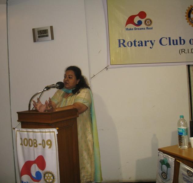 Dr-Jyotika-Chhibber-talks-at-the-rotary-club-of-worli-at-nehru-planetarium